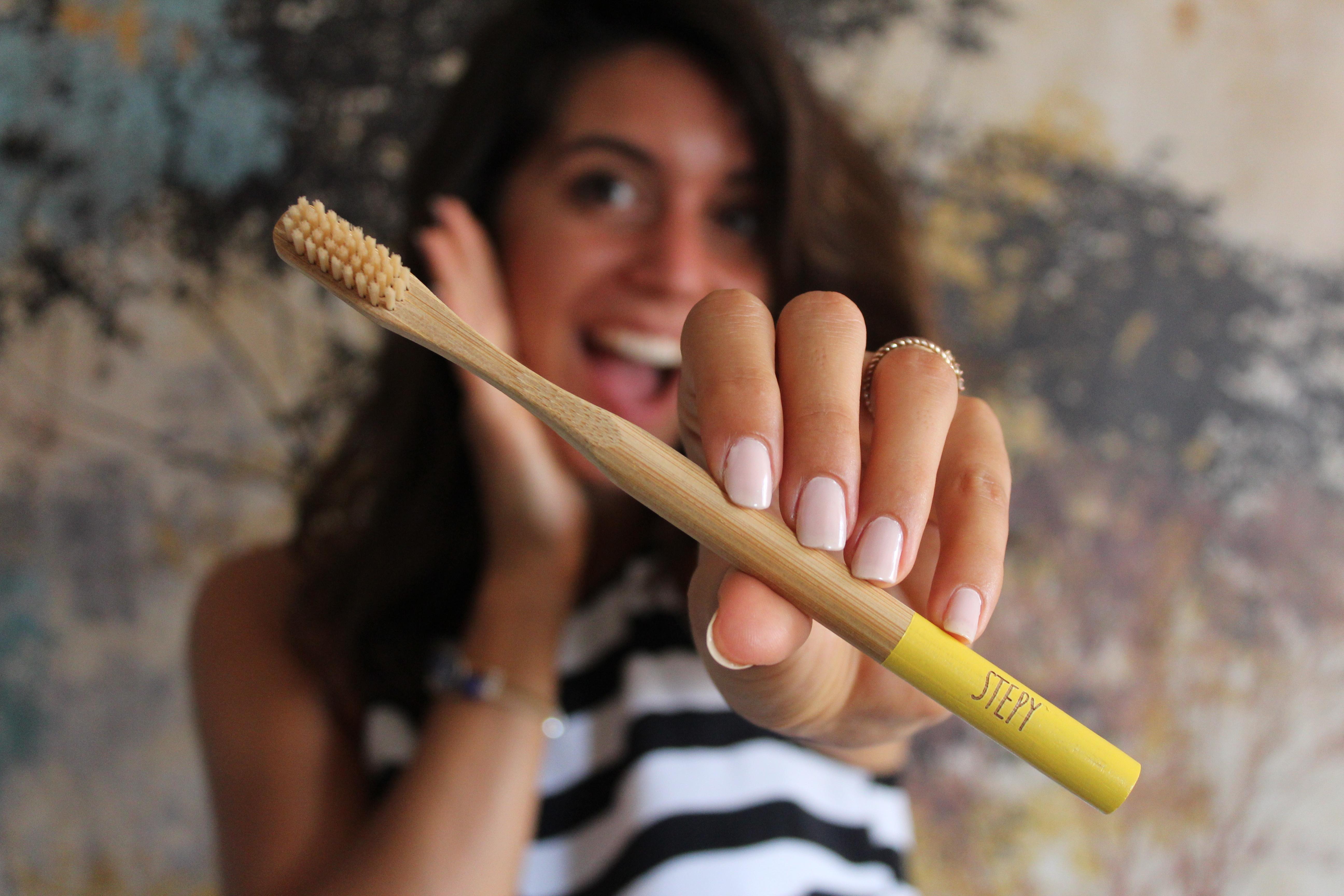 Cepillo de dientes de bambú Stepy . Limpieza bucal sostenible .